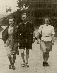 Valentin Senger and his sister Paula (left) with the friend Mimi Mahr while hiking in Taunus. (photo of 1937) © Ionka Senger