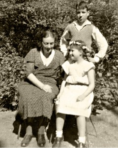 Fritz and Ruth with their mother Elisabeth Höniger in the garden at Arndtstrasse 38 (photo from the 1930s) © Ruth H. Stern