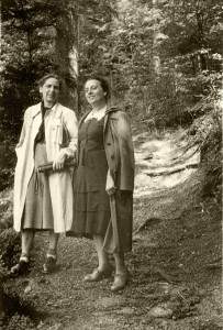 Margarete Herberg (li.) und Antonie Sandels beim Wandern im Odenwald (Aufnahme 50erJahre) © Dr. Dieter Herberg