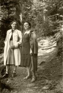 Margarete Herberg (left) and Antonie Sandels during a hike in Odenwald. (1950's) © Dr. Dieter Herberg