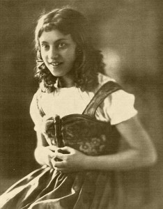 "The young actress, Genia Kurz in the Gerhart Hauptmann play ""Und Pippa tanzt"". (photo 1929) © Collection Petra Bonavita"