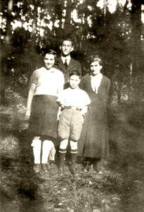 Robert (in background) with his mother Henriette and the siblings Rosa and Heini (photo 1936). The Eisenstädt family was deported from Hanau on 1 June 1942. © Gerald von Gostomski