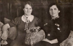 Friends Margarete Stock (left) and Emma Hess. © Private Collection Renate Hebauf